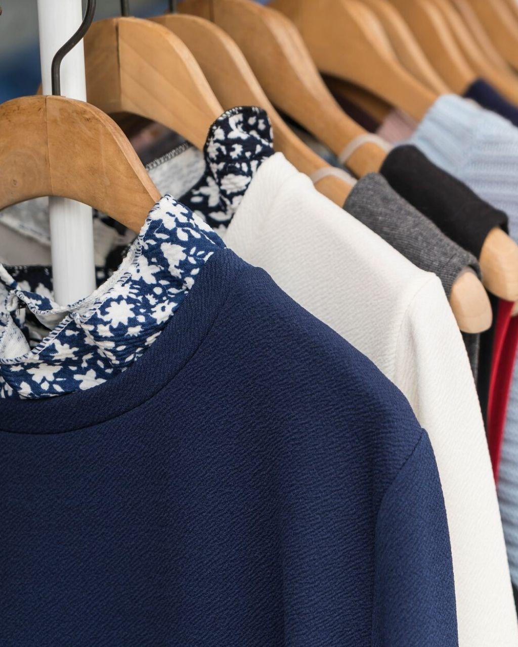 Organizacja szafy, przechowywanie ubrań i bielizny