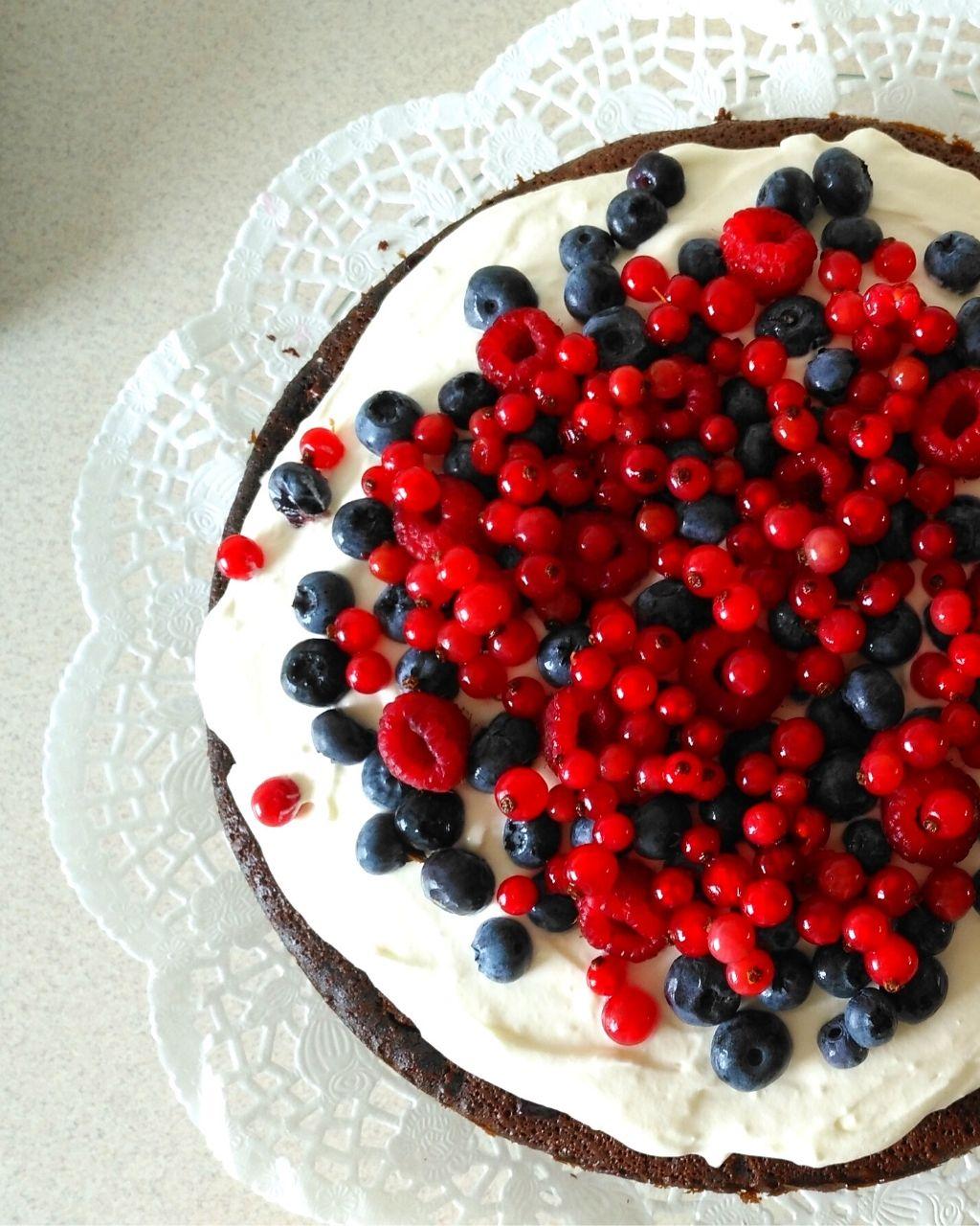 Tort brownie z owocami i mascarpone